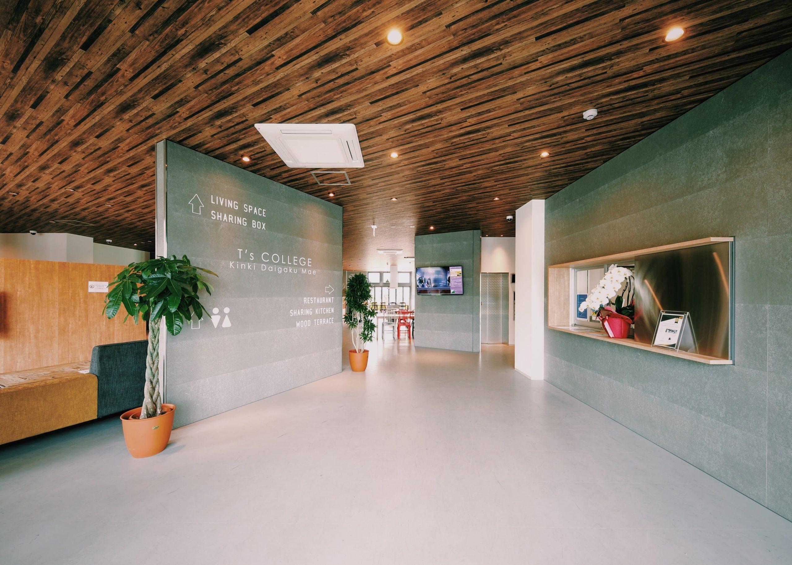 「ティーズカレッジ近畿大学前」エントランスの右手には管理人室にて管理人が24時間常駐し入居者様の安全な暮らしを見守ります。宅都プロパティ大阪学生向けマンション総合サイト|studentroom