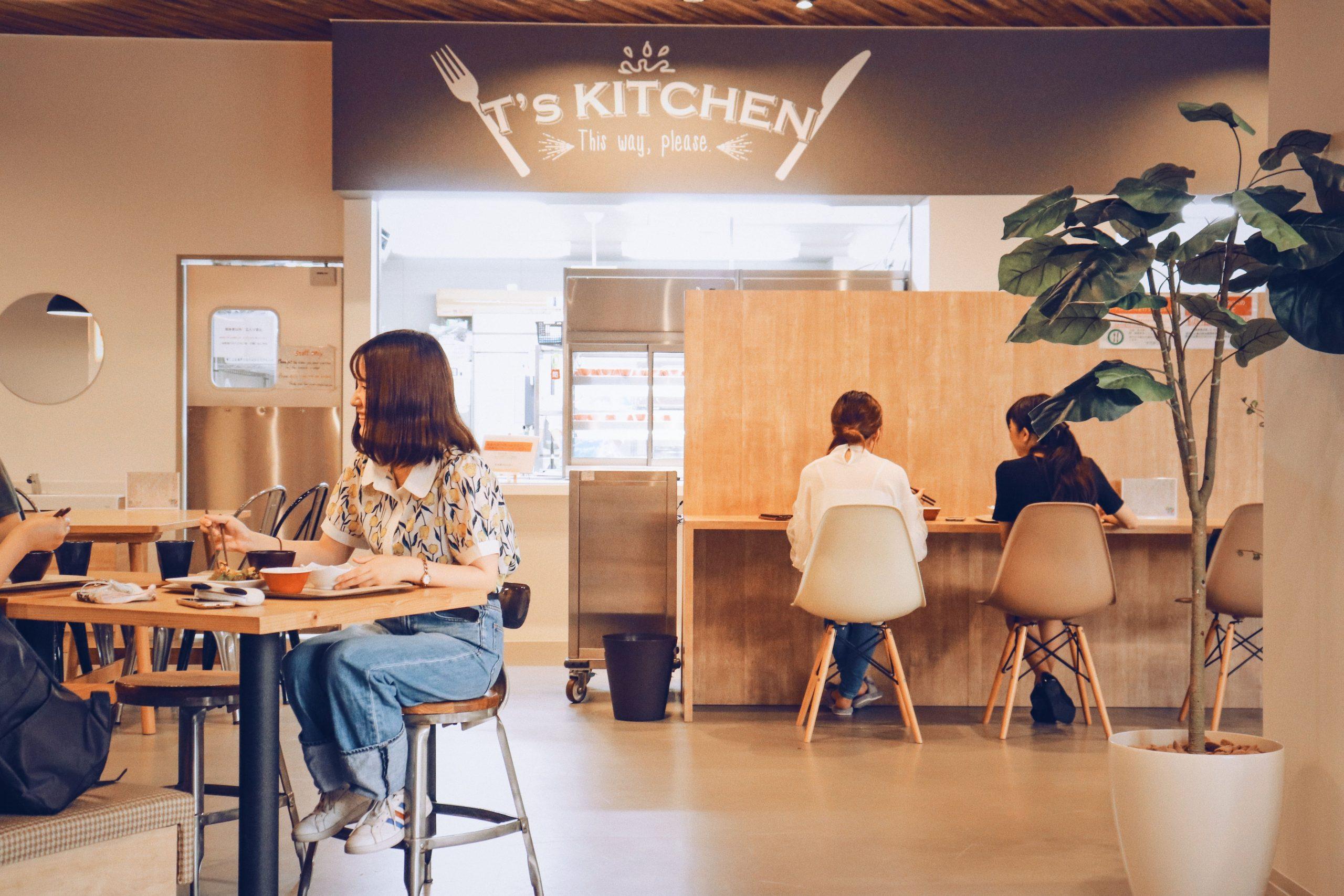 「ティーズカレッジ近畿大学前」おしゃれな食事スペースでゆったりとしたお食事タイムをすごすことが出来ます。宅都プロパティ大阪学生向けマンション総合サイト|studentroom